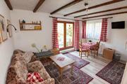 Wohnzimmer mit Sofa und Sitzecke.