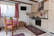Sitzgruppe und komplett ausgestattete Küche