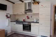 Küche mit Herd, Ceran-Kochfeld, Kühlschrank, Spülmaschine und Gefrierfach