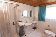 Bad mit Dusche, WC und zwei Waschbecken